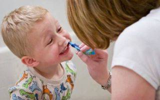 Как чистить зубки детям до года?