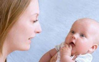 У ребенка вылез первый зуб