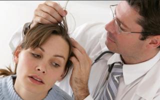 Почему появляются коричневые пятна на голове