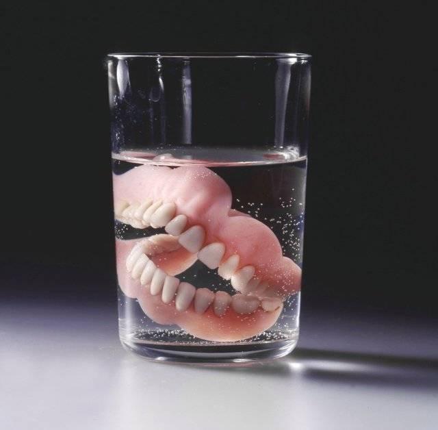 Чем без вреда отбеливать зубные протезы из пластмассы в домашних условиях?