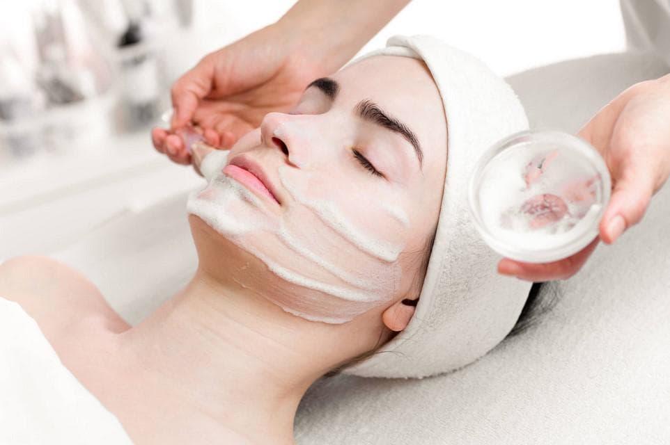 Разбираем процедуру солевого пилинга для тела и волос по полочкам