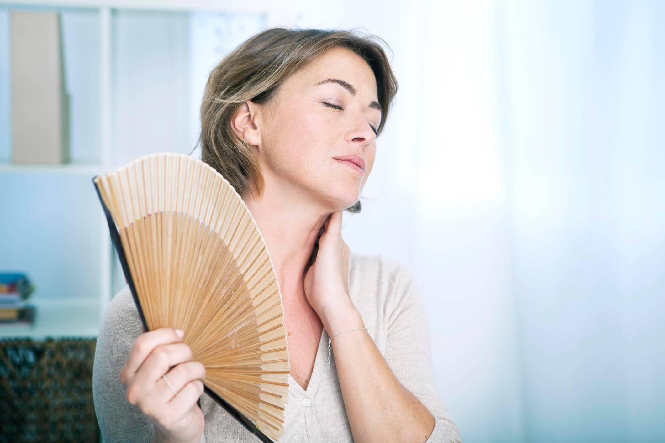 Какие народные средства помогают облегчить симптомы климакса, избавиться от приливов и потливости