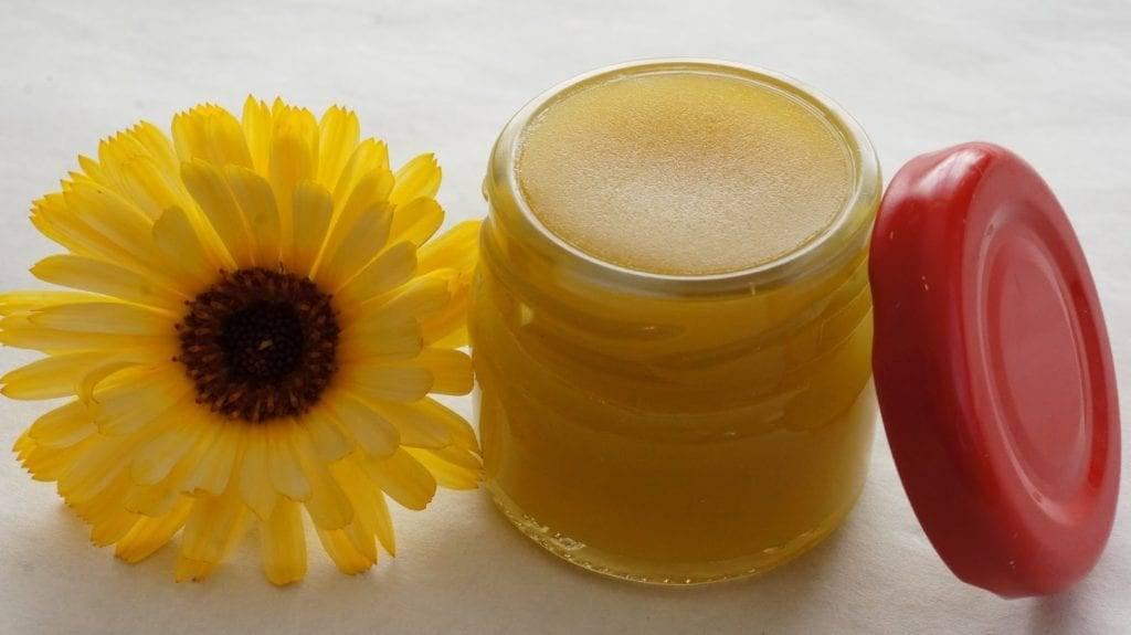 Мазь на основе пчелиного воска и желтка