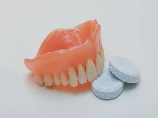 Как и чем чистить зубные протезы в домашних условиях