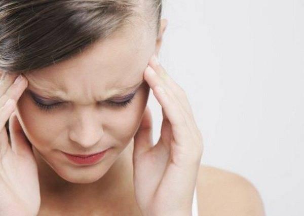 Почему возникает головная боль перед менструацией