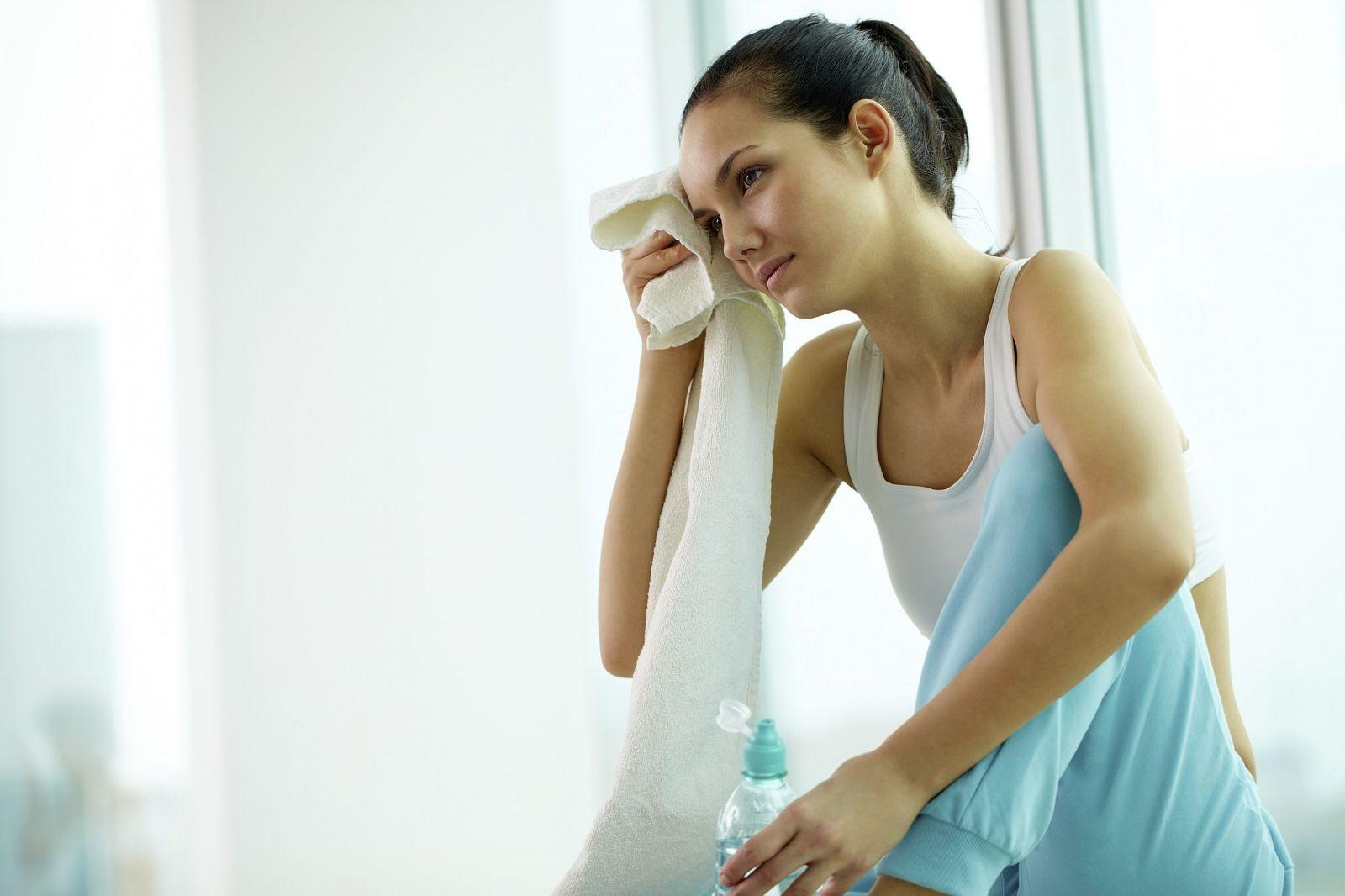Бросает в жар во время месячных: причины и способы, как облегчить состояние женщины