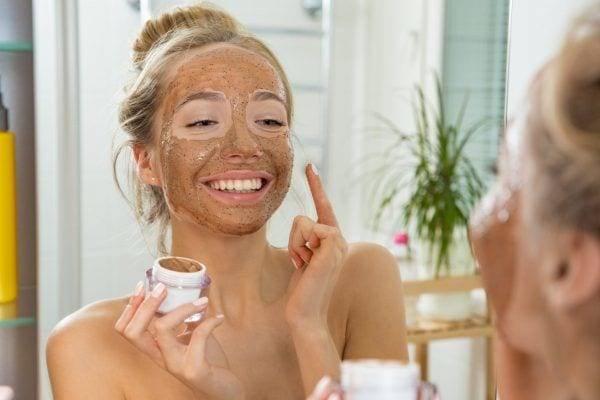 Миндальное масло для лица: чем полезно для разных типов кожи