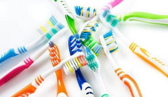 Как ухаживать за зубной щеткой и как часто менять