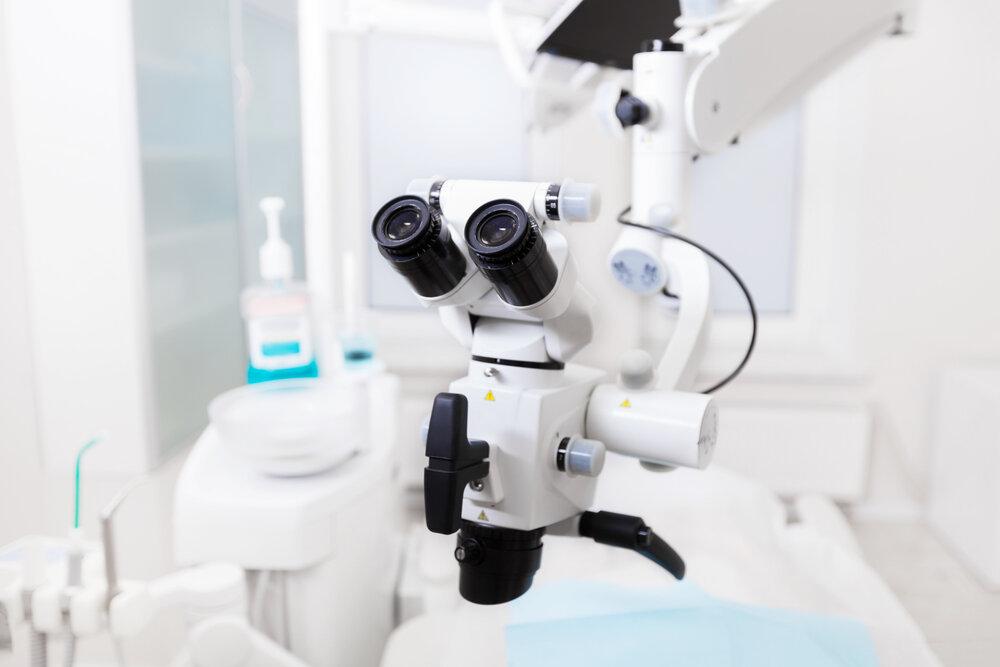 Лечение зубов под микроскопом: зачем и когда это нужно