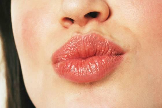 Как выдавить черную точку на губе