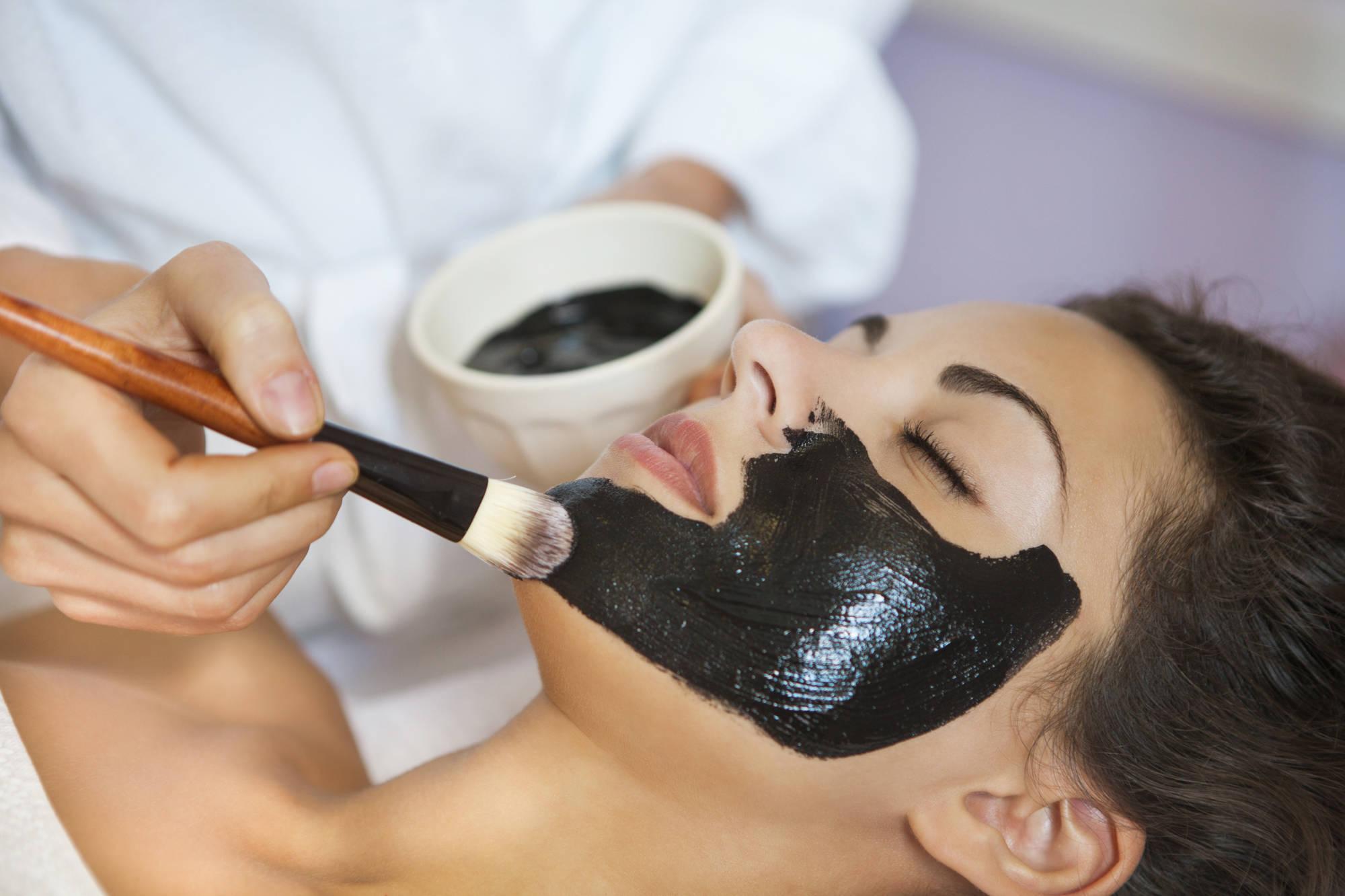 Сколько нужно держать маску из активированного угля. домашний салон красоты: маска от черных точек с активированным углем. активированный уголь и какао.