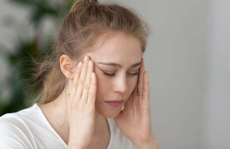 Головные боли перед менструацией: причины и лечение