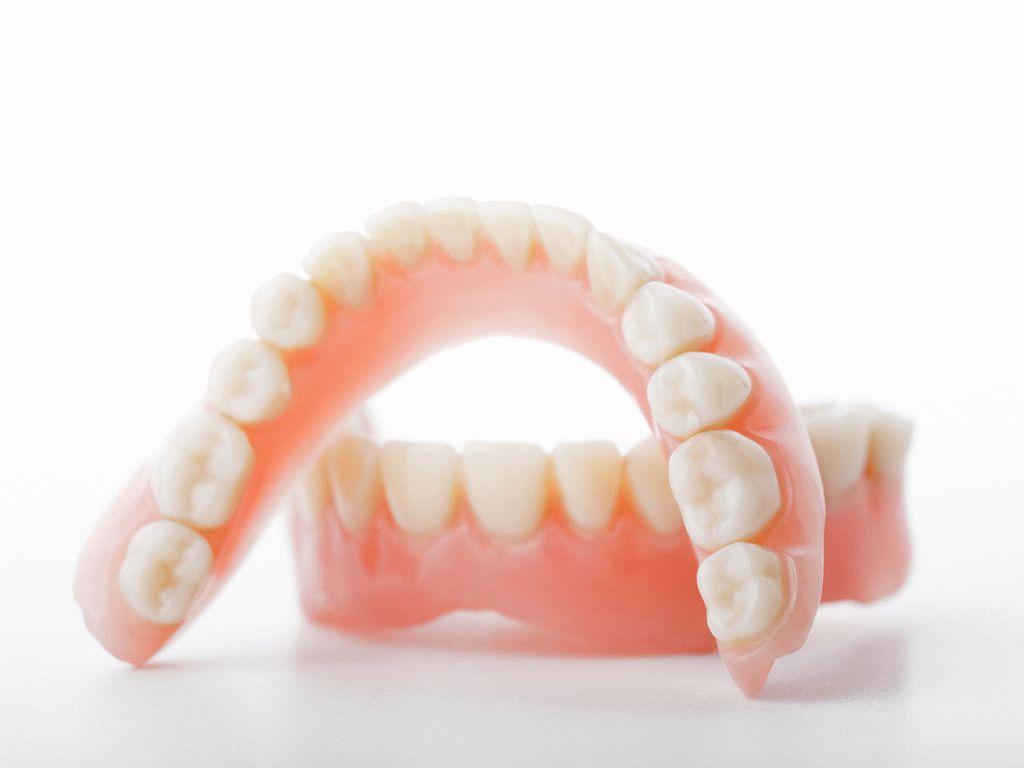 Чем и как почистить съёмные зубные протезы в домашних условиях