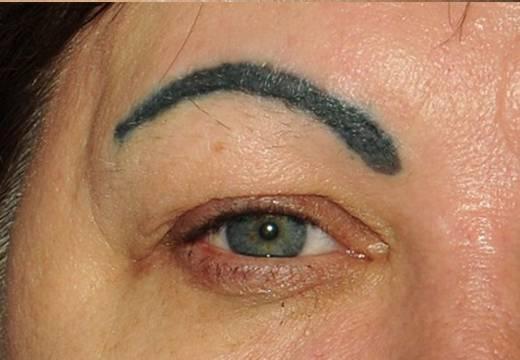 Кто виноват, что татуаж бровей изменил цвет и не взялся?