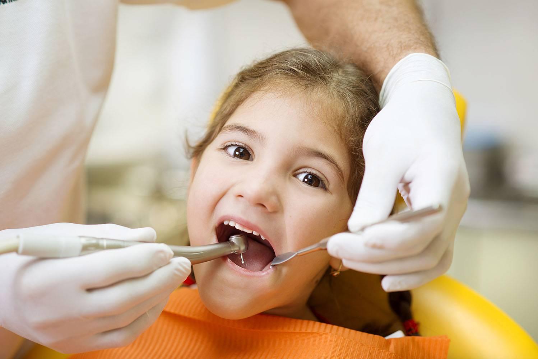 Фторирование зубов у детей. в каком возрасте проводить и какая польза от процедуры?
