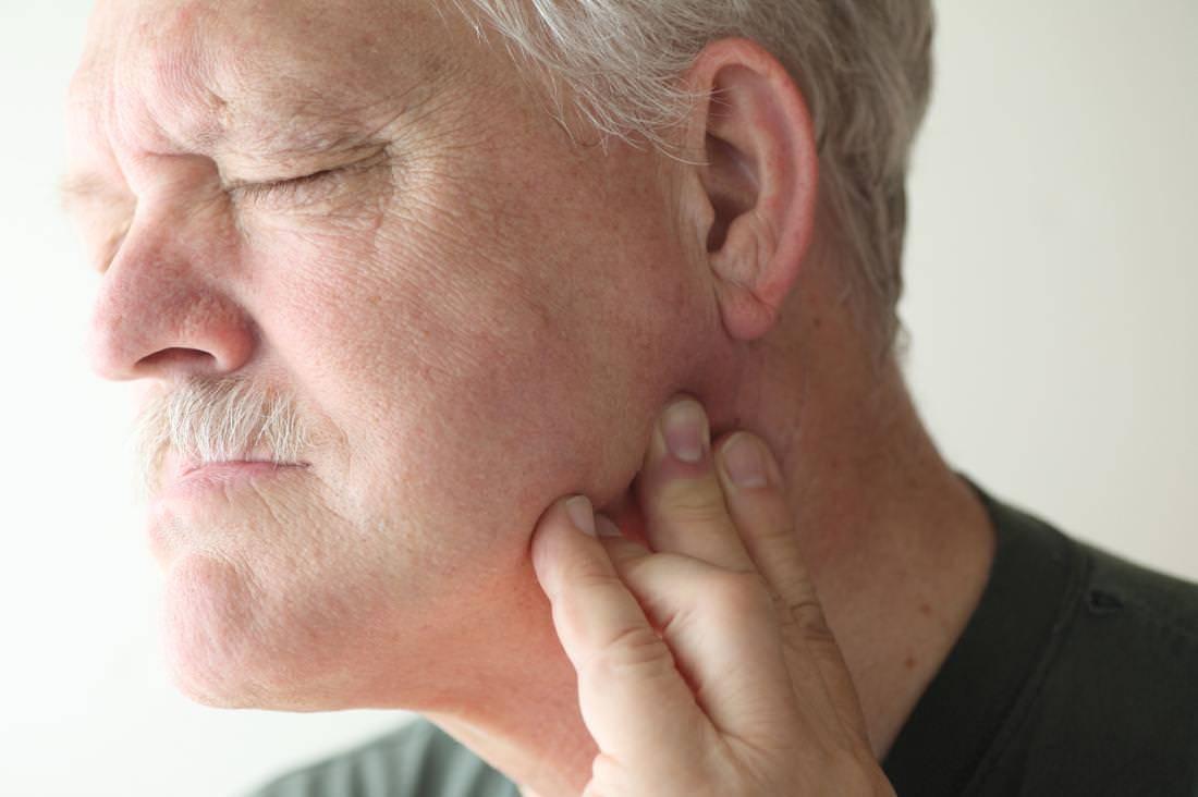 Болит челюсть возле уха при жевании – в чем причина?
