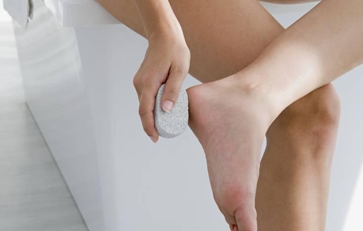 Почему шелушится и облазит кожа на ногах
