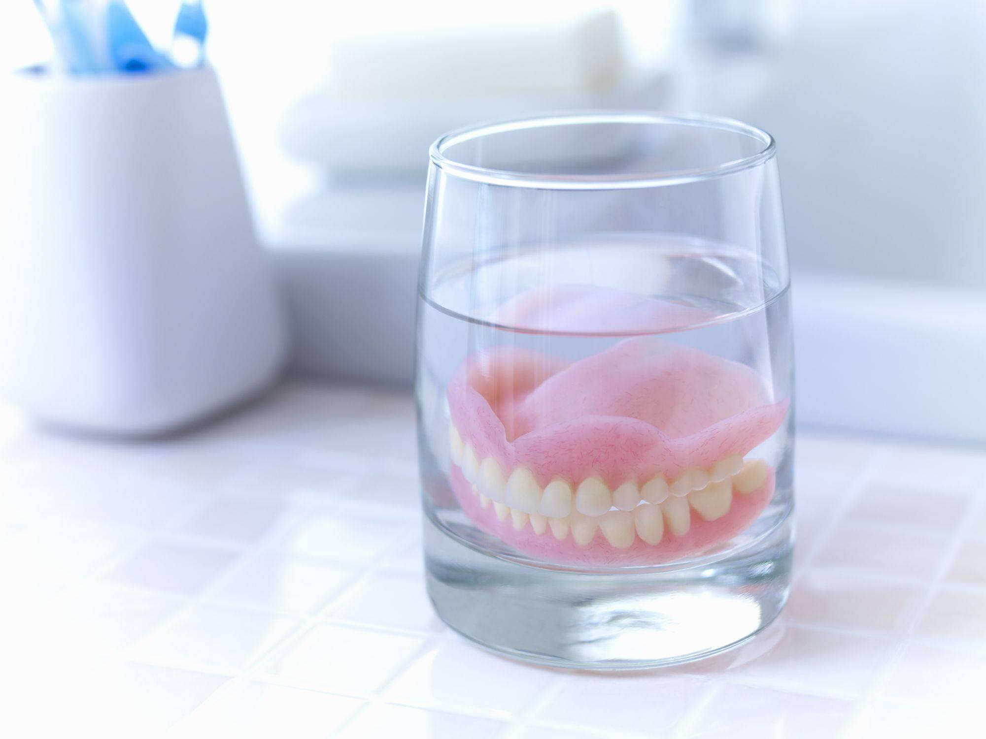 Секреты быстрого привыкания к съёмным зубным протезам