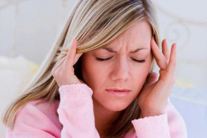 Почему перед месячными болит голова и тошнит — причины, лечение, профилактика