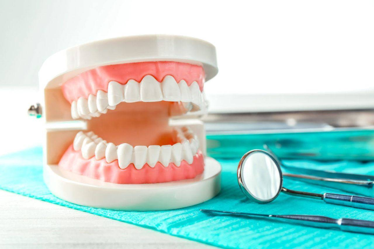 Привыкание к съемным зубным протезам: процесс адаптации верхней и нижней челюсти