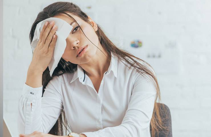 Бросает в жар перед месячными: причины и методы устранения симптома