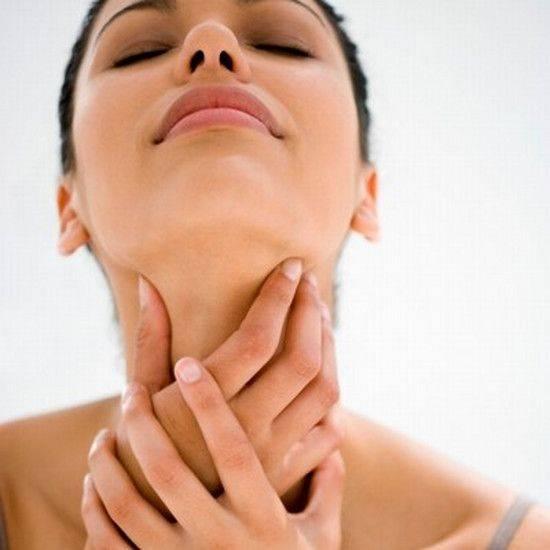 Боль в горле при глотании болит корень языка
