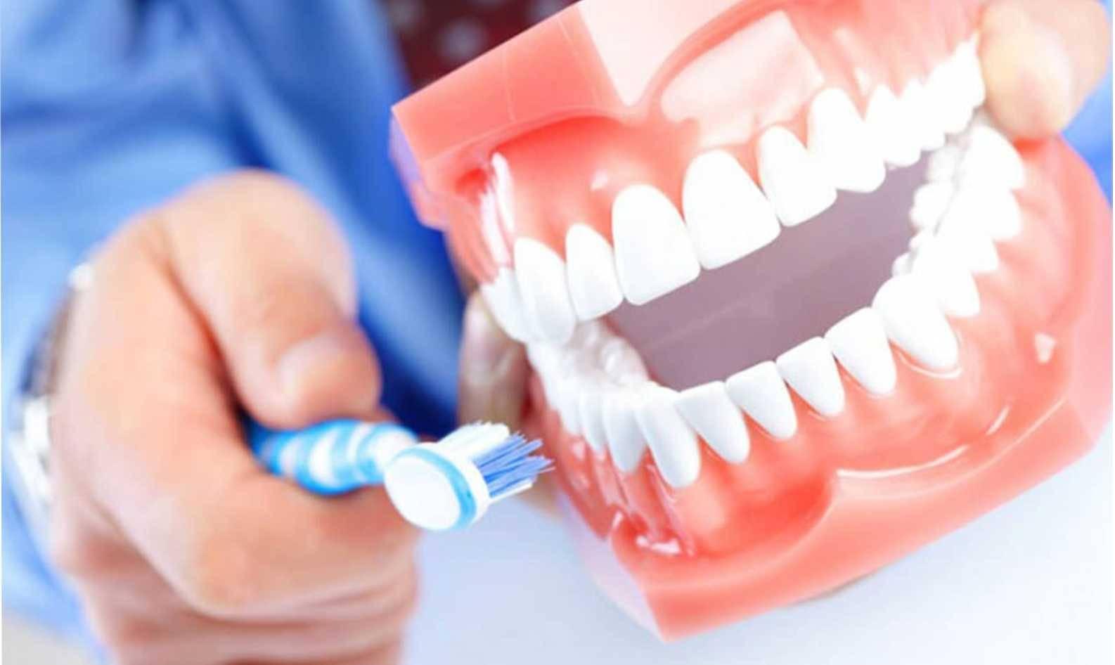 Как быстро привыкнуть к съемным зубным протезам: советы стоматолога