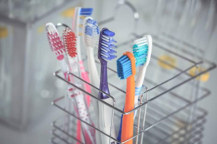 Как часто менять зубную щетку и для чего это необходимо делать?