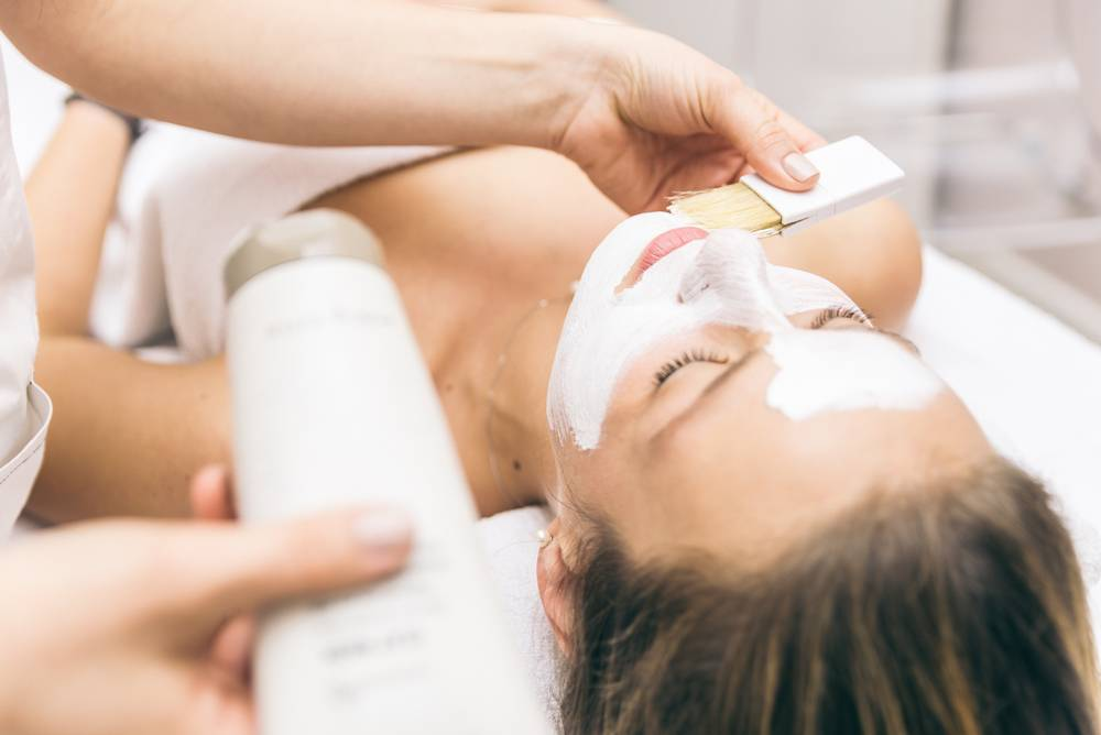 Лучшие профессиональные пилинги для лица: обзор химических и других чисток лица