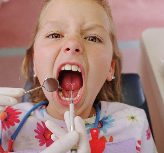 Очень больно глотать и повышена температура - это стоматит в горле у ребенка