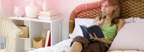 Первые месячные у девочек: когда наступают, симптомы и личная гигиена