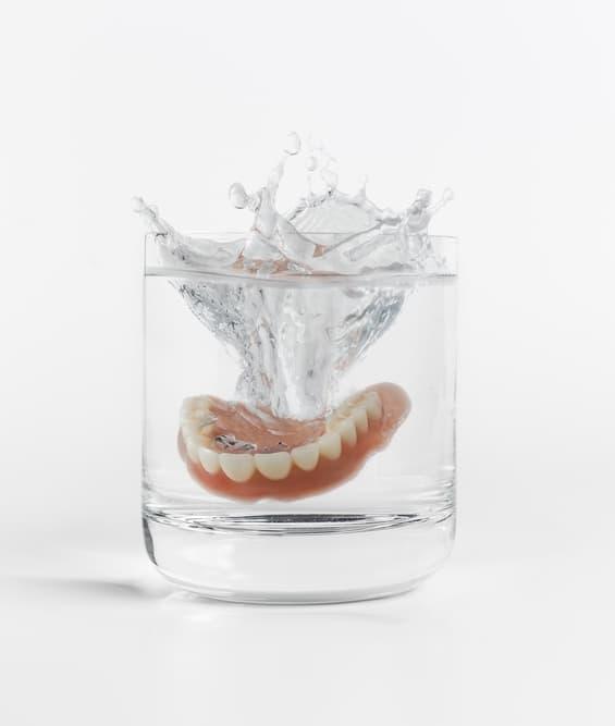 Особенности и рекомендации по хранению съемных зубных протезов