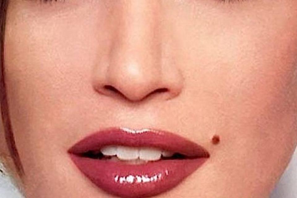 Родинка на нижней губе справа у женщин значение