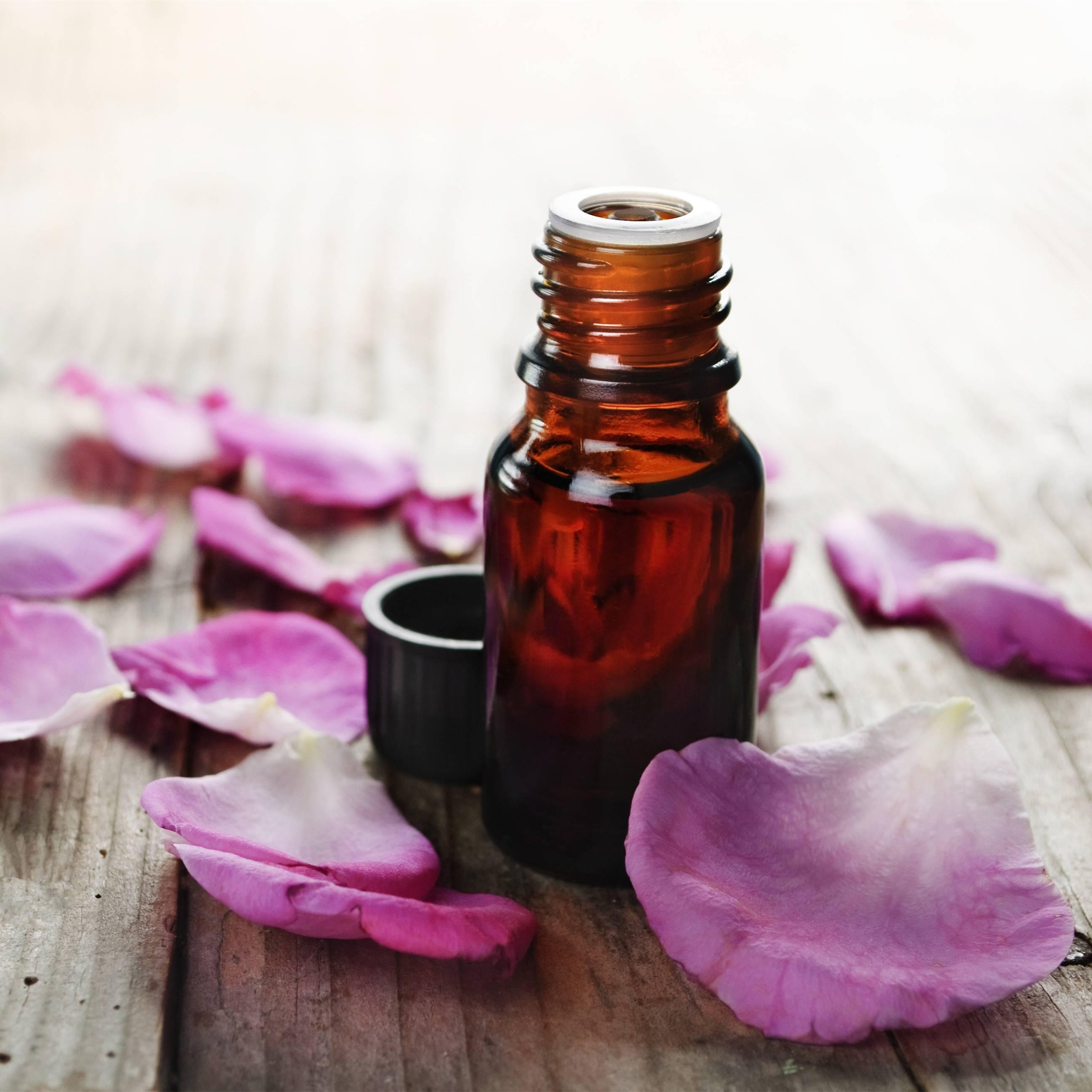 Чем полезно масло розы для лица и как его применять
