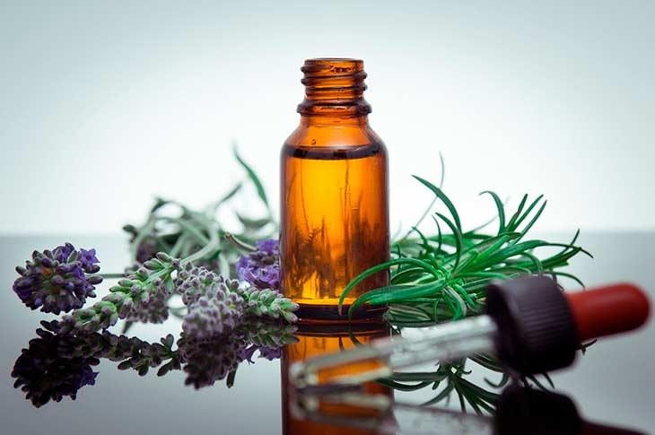 Правила и варианты применения масла розмарина для волос