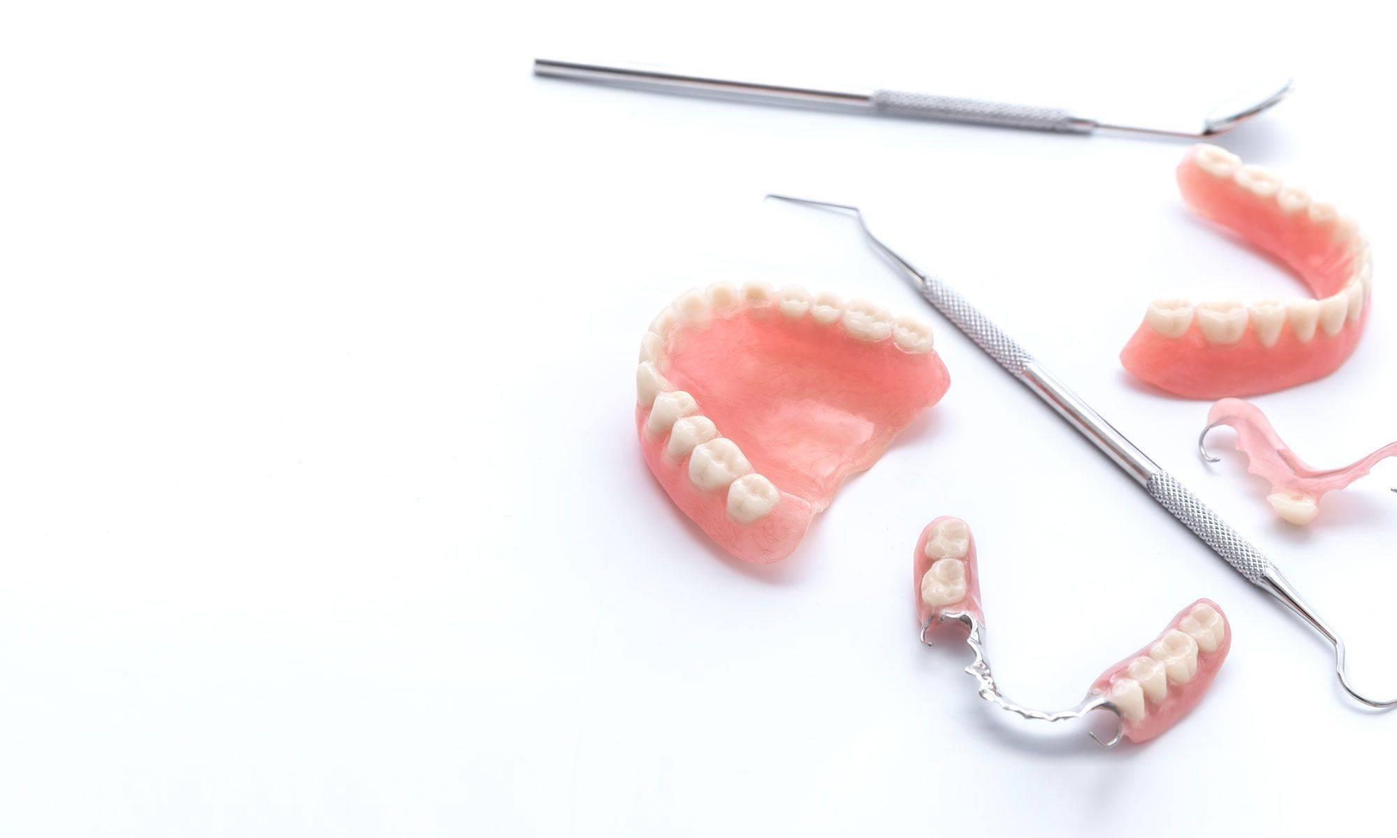 7 лучших способов помощи от натирания зубных протезов