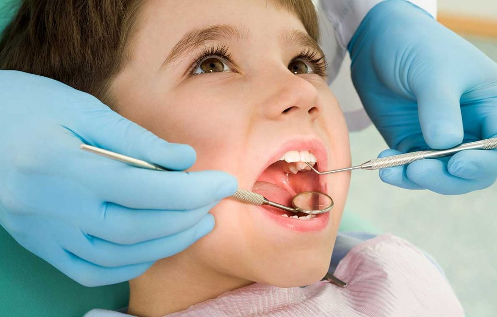 Нужно ли выдергивать молочные зубы если они шатаются