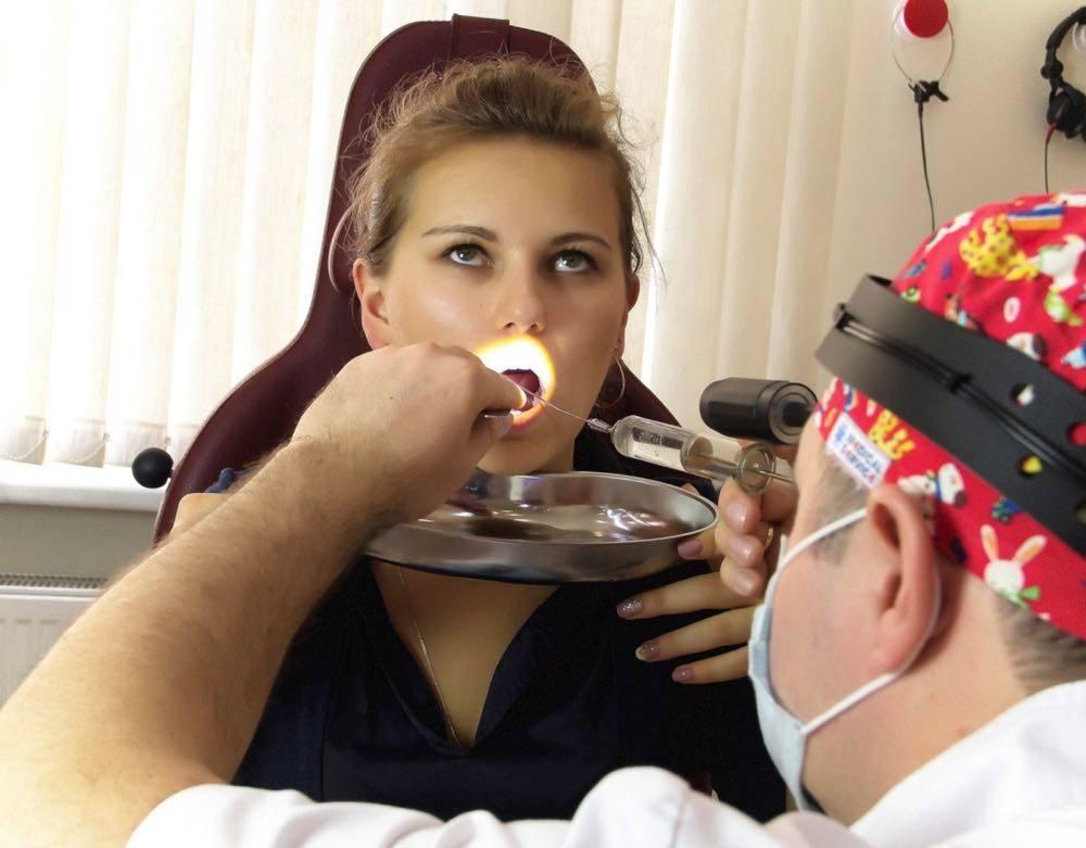 Промывание миндалин: плюсы и минусы различных способов