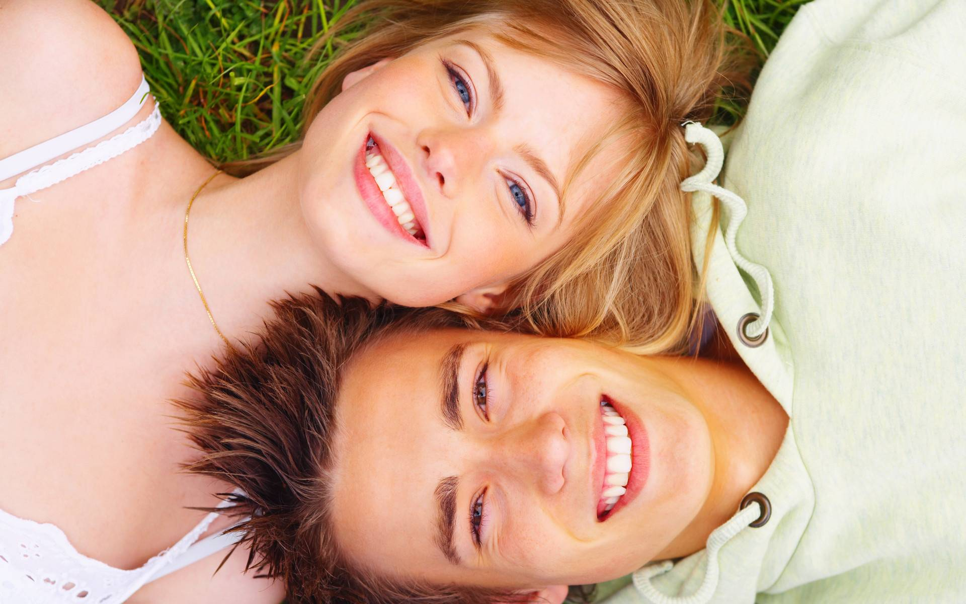 Как научиться красиво улыбаться с зубами?