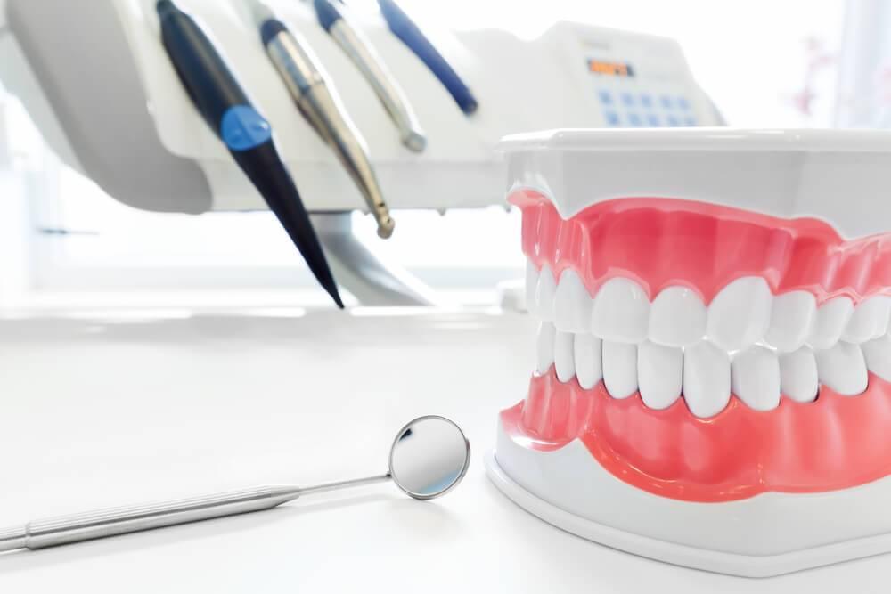 Как побыстрее пройти адаптацию к съемным зубным протезам?