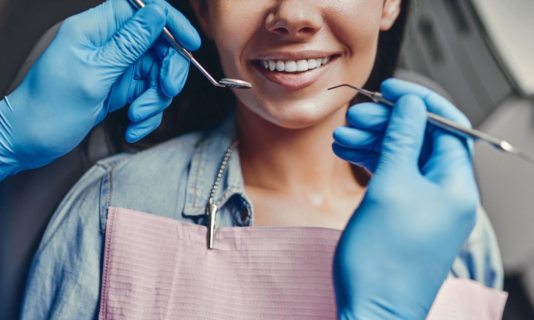 Что делать при боли и чувствительности зубов после отбеливания