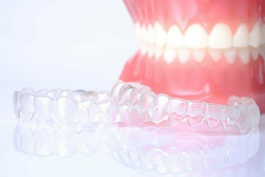 прозрачная капа для выравнивания зубов фото