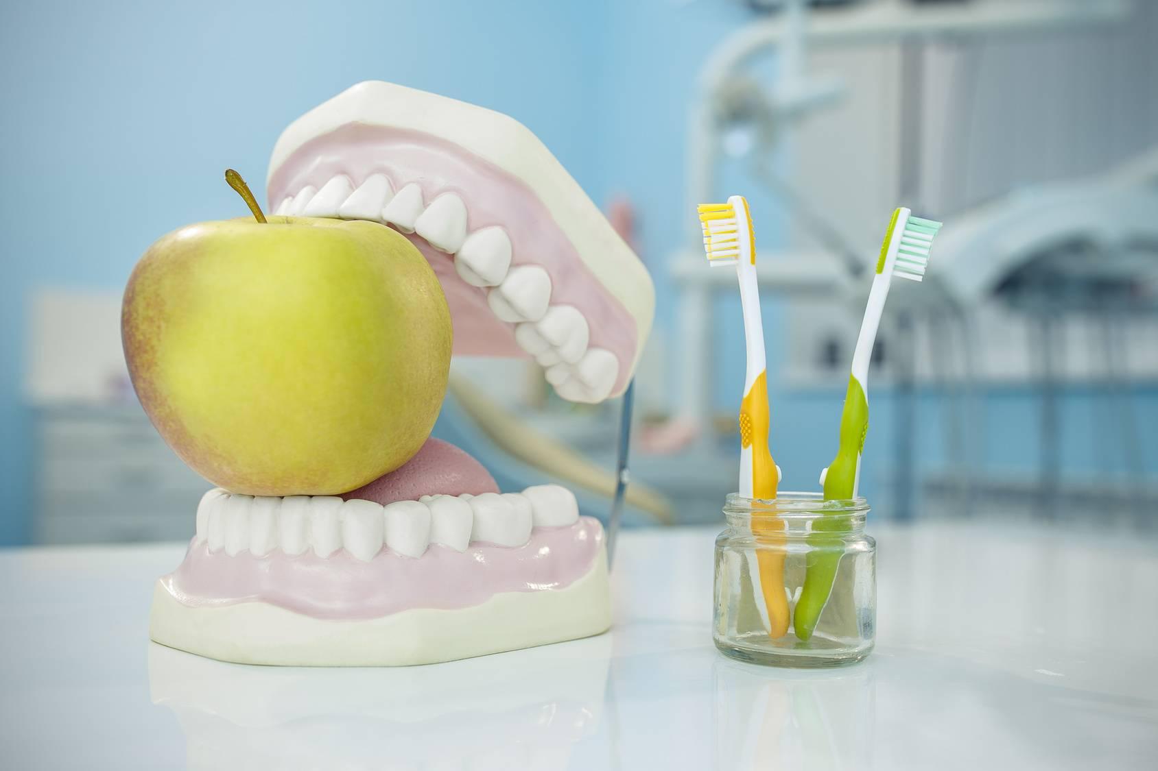 Как правильно ухаживать за съемными зубными протезами в домашних условиях, нужно ли снимать их на ночь?