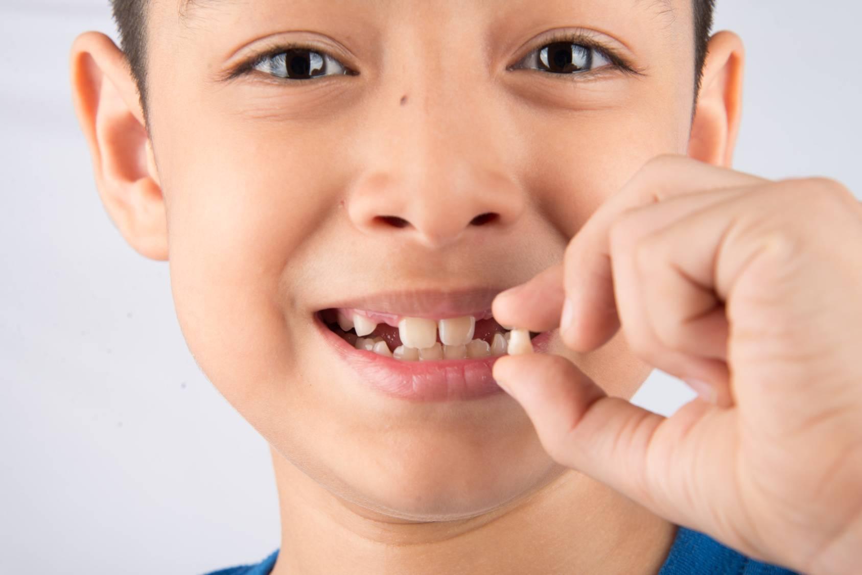 Стоит ли переживать, если молочный зуб выпал, а новый не растет